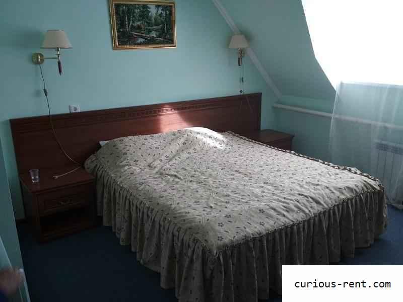 Большая кровать в нашем номере (Лаго-Наки)