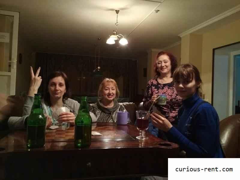 Дамы пьют глинтвейн, играют в карты