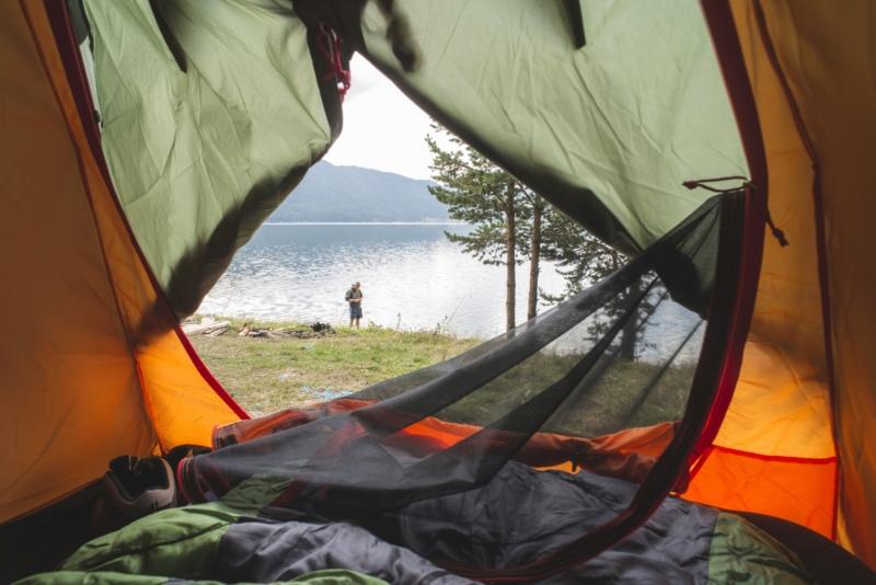 Вид на озеро изнутри один из лучших палаток рюкзаков