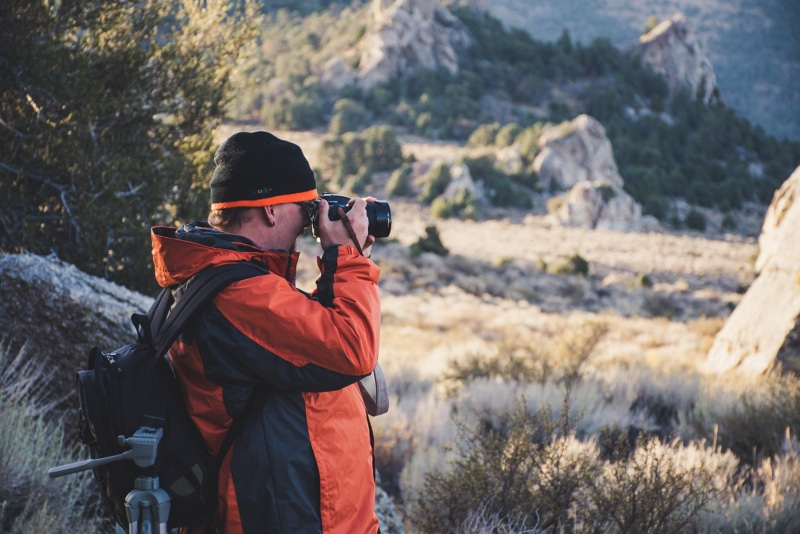Пожилой мужской фотограф