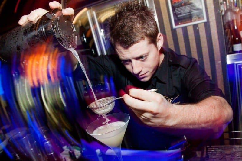 Изготовление коктейлей в ночном клубе в Брисбене, Австралия, которая была моим любимым способом работать и путешествовать в Австралии