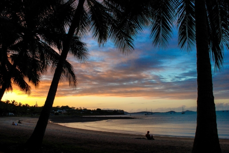 Закат на пляже Airlie, Австралия.Неплохое место для работы и путешествий в Австралии, верно?